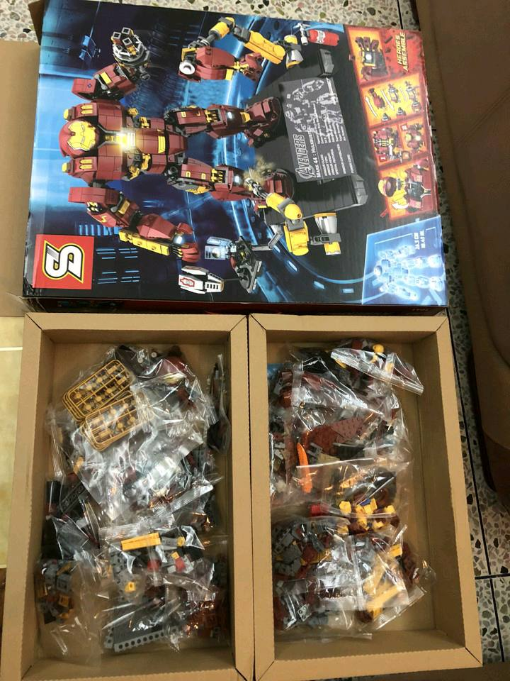 Open box of SY1041 UCS Hulkbuster Clone of LEGO 76105